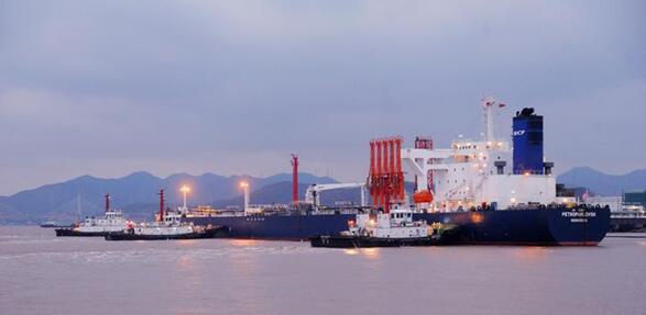 宁波舟山港外钓30万吨级油品码头迎首艘外轮